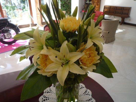 TRH Mijas: Smukke blomsterbuketter i receptionsområdet