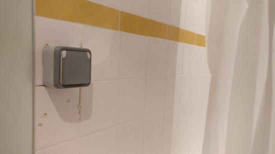 Hotel 29 Lepic: La prise murale de la salle de bain et le rideau de douche