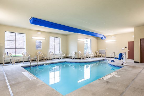 Stevens Point, WI: Take a refreshing dip in our pool or sit on the deck and watch the kids splash!