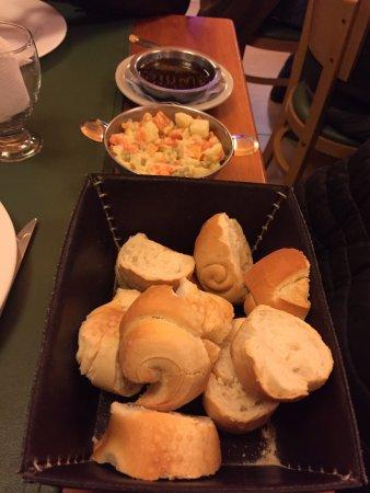 La Parrilla de Tony : Entrada de pães, maionese e chimichurri