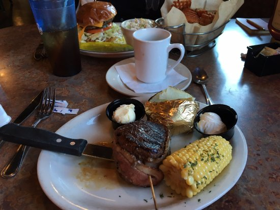 Yreka, Kalifornien: Fillet mignon with baked potato and corn.