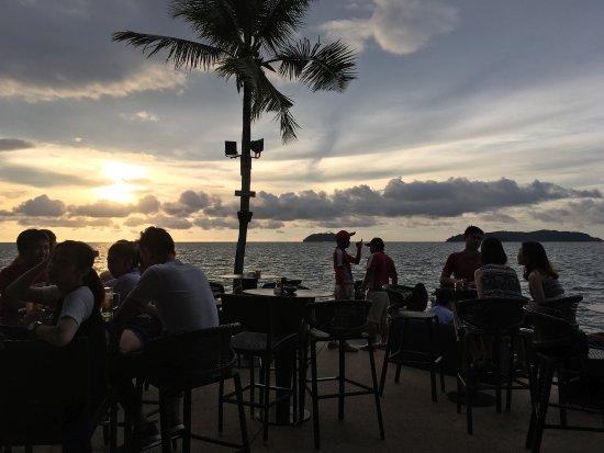 Sunset Bar at Shangri-La's Tanjung Aru Resort and Spa: photo1.jpg