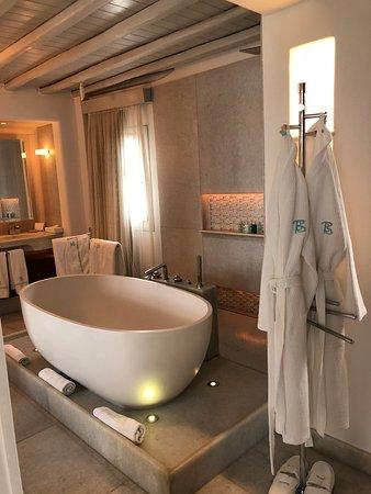 Belvedere Hotel Mykonos: Bathtub