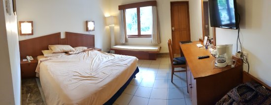 Kuta Lagoon Resort & Pool Villa : Panorama of room (bed not made, sorry), old furniture, small TV