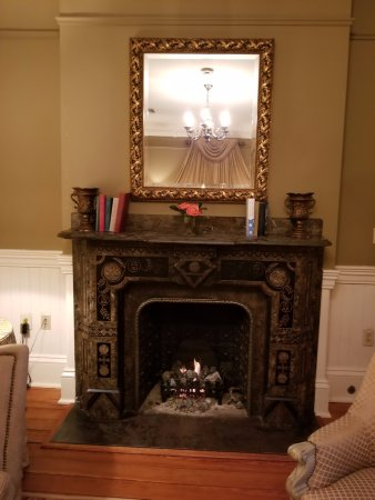Wentworth Mansion: Gas fireplace