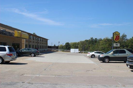 Macomb, IL: Exterior