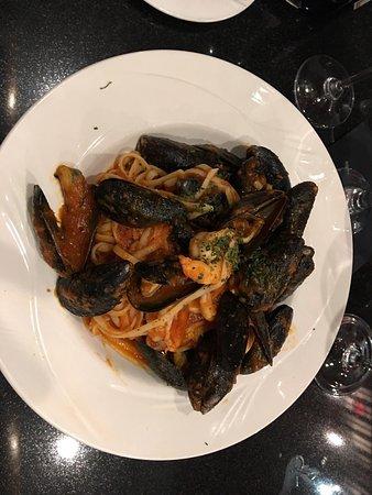 Warrenton, Βιρτζίνια: Views of bar, dinner menu, my seafood fra Diablo