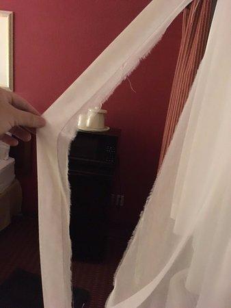 Lexington Inn - Holbrook, AZ: Torn curtain.