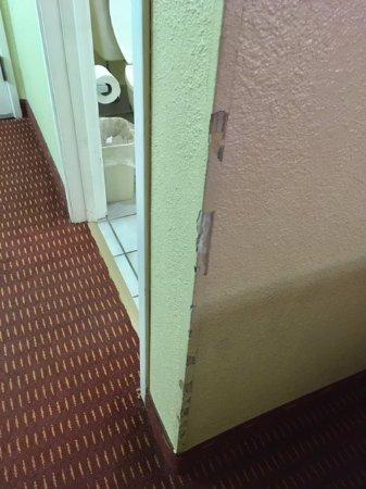 Lexington Inn - Holbrook, AZ: Chewed up corner.