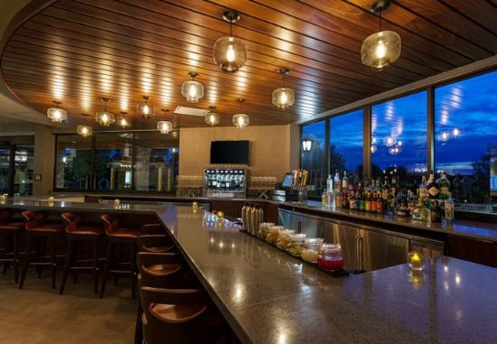 Atascadero, Californie : Meet, socialize and relax at our Union & Vine Hotel Bar.