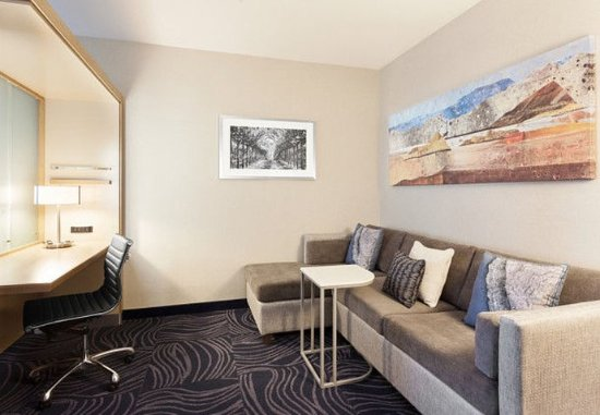 Atascadero, Californië: Settle into comfort in your spacious Suite Living Area with Work Desk.