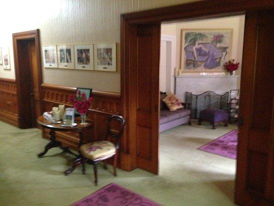 Κουίνσταουν, Αυστραλία: the main hall looking into the formal sitting room