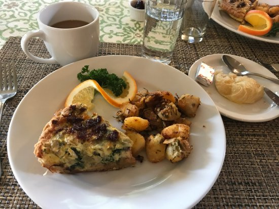 Cloverdale, Kaliforniya: This was breakfast on second morning. Rosemary in the potatoes absolutely wonderful.