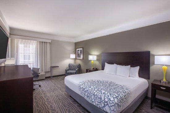 La Quinta Inn & Suites Lake Charles Casino Area: Guest Room