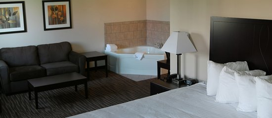 Fort Madison, IA: King Jacuzzi Suite