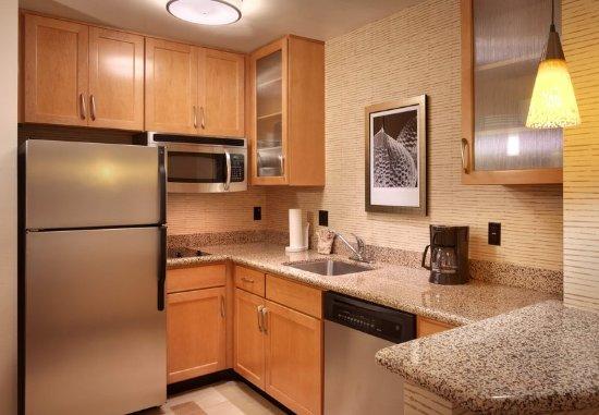 Sandy, Utah: Studio Kitchen