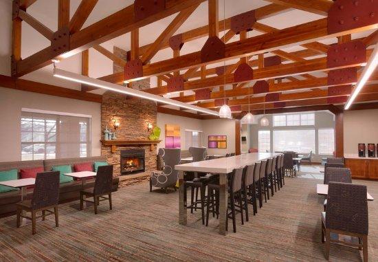 Sandy, Utah: Lobby - Communal Table