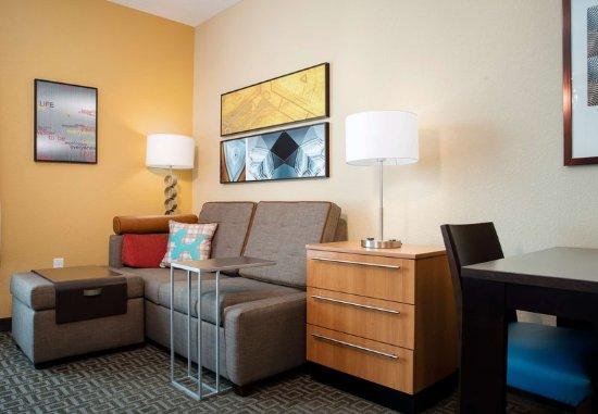 Winter Garden, FL: Queen/Queen Studio Suite Living Area