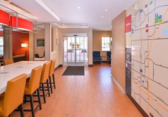 Ранчо Кукамонга, Калифорния: Lobby - Communal Table