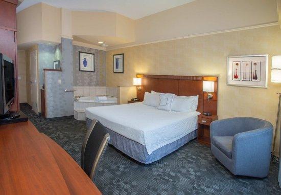 Raynham, MA: King Spa Guest Room