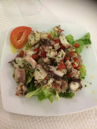 Igny, Fransa: Salade de poulpe et assortiment grill