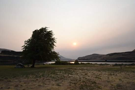 Dallesport, WA: 川近くの駐車場から東の朝日を見る。水面はコロンビア川。