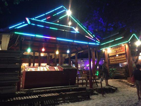 Saikaew Villa: 沙灘上的BBQ餐廳