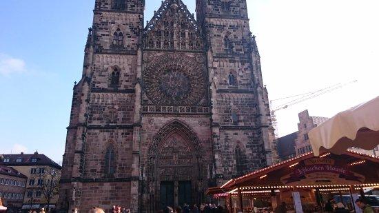 St. Lorenz Kirche: カメラに収まりきれない外観2
