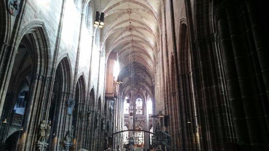 St. Lorenz Kirche: 天井の高さと壁