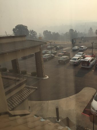 Oakhurst, Californien: View from room - fires still burning in distance