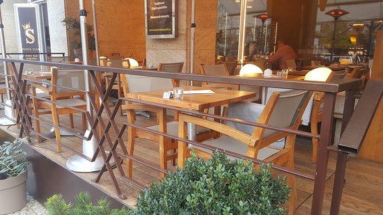 Jalta Boutique Hotel: 3 ряда столов на открытой террасе, 10 см. от прохожих, но курить нельзя.