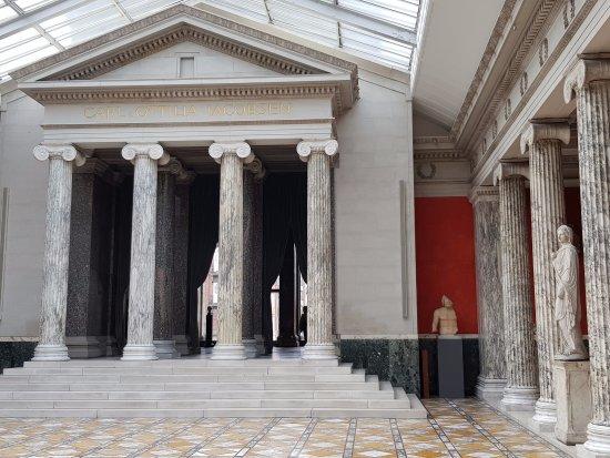 Ny Carlsberg Glyptotek : A temple fasade in Glyptoteket