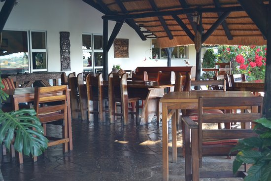 Katima Mulilo, Namibia: Dining is outside under an open thatched roof