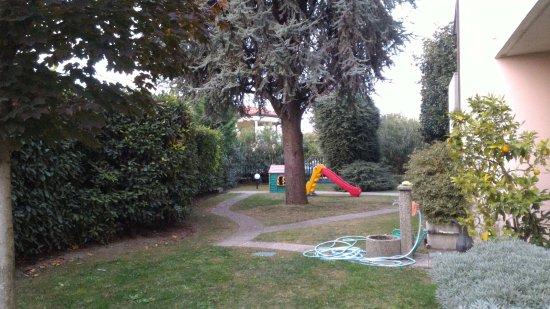 Sona, Itália: spazi esterni per bambini