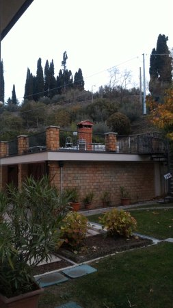 Sona, Itália: spazi esterni sopraelevati