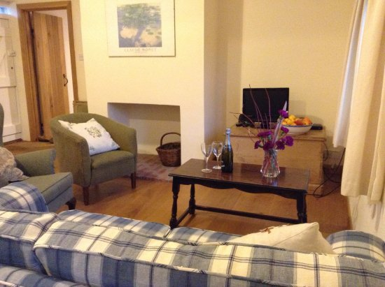 Hindringham, UK: Sitting room at Dockings Cottage with door to ensuite twin bedded room ajar