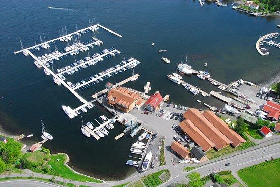 Vollen Marina, restaurant, maritim butikk, fuel og verksted. Gjestehavn