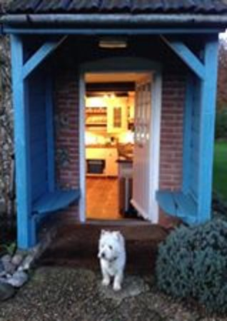 Hindringham, UK: Banes Cottage is one dog friendly with a bridlepath50yds away