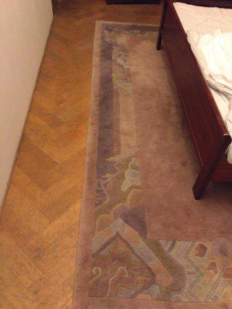 Funkturm-Messe: ковер у кровати, по которому предполагается ходить босиком...