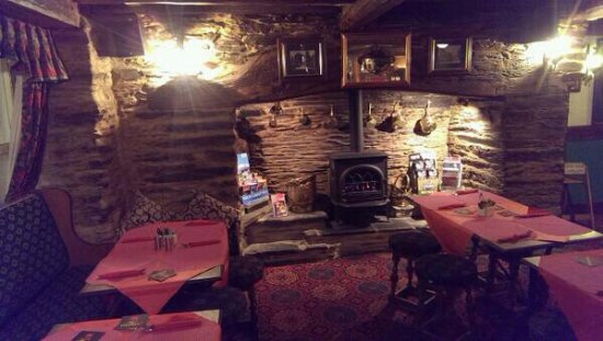Machynlleth, UK: The dining area with a nice view of the fire!