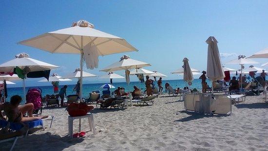 Pallini Beach Hotel Chalkidiki: зонтик2,5 лежак один 2,5 выбирай