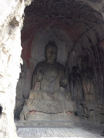 Luoyang, Çin: One of the larger buddhas carved into the mountain