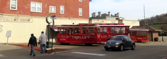 Galena, Илинойс: trolleys parked at the corner of Main St. & Warren St.