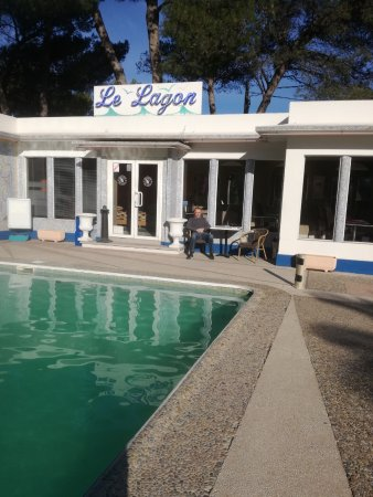 Istres, فرنسا: terrasse davant la salle des petits déjeuners