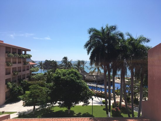 Barcelo Huatulco: View from our room to the pools and ocean