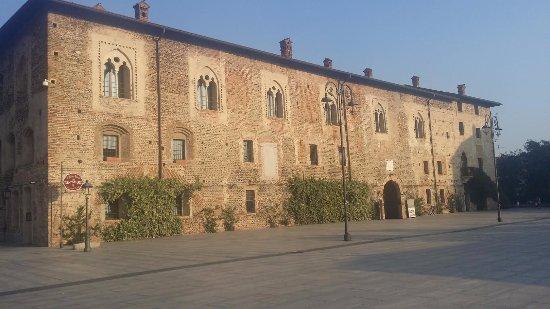 Cassano d'Adda, Italy: Castello Borromeo lato piazza Castello