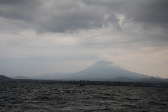 Gorillas Lake Kivu Hotel: вид на вулкан Ньирагонго
