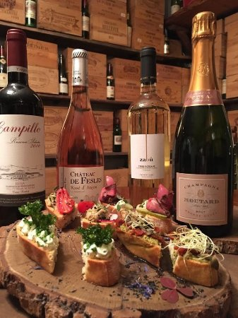 Gloria Wine Cellar: Wine and tapas