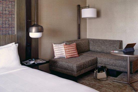 Burr Ridge, IL: Seating area in guestrooms