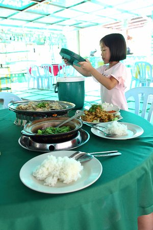 Bentong, Malaysia: Daughter serving ~